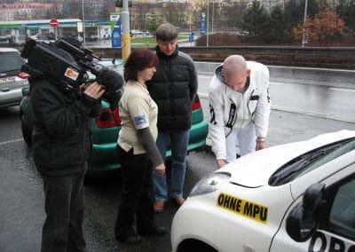 ZDF-Team bei Aufnahmen mit Fahrlehrerin Monika und Heiko