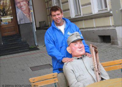 """Mitarbeiter Gerald Scherz mit seinem Assistentin """"Sweik"""" (der Soldat)"""